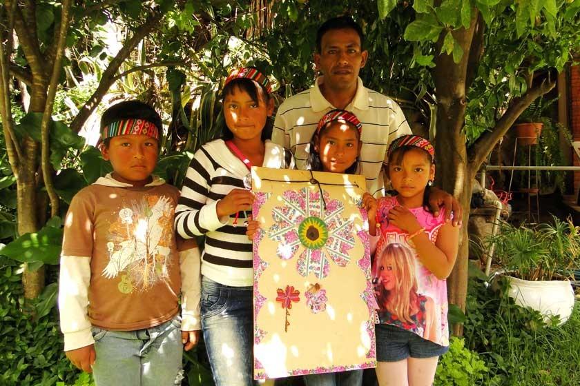 Jhonatan Tito Flores, Lizbeth, Rosaycela y Dulce María Hurtado junto al educador Miguel Flores.