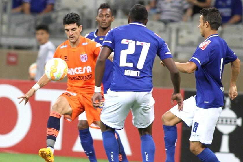 El español Rubén Cuesta (i) domina el esférico ante la marca de sus rivales brasileños.