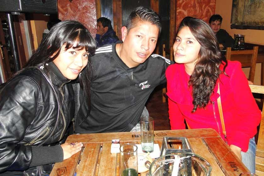 Pamela Jiménez junto a Héctor e  Indara Altamirano.