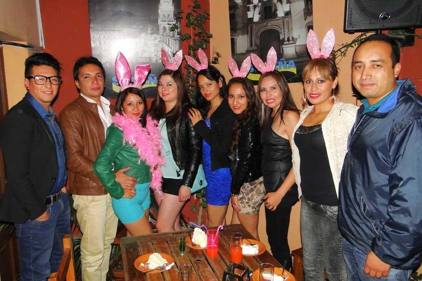 Jhanny Acebey celebra su cumpleaños junto a sus amigos.