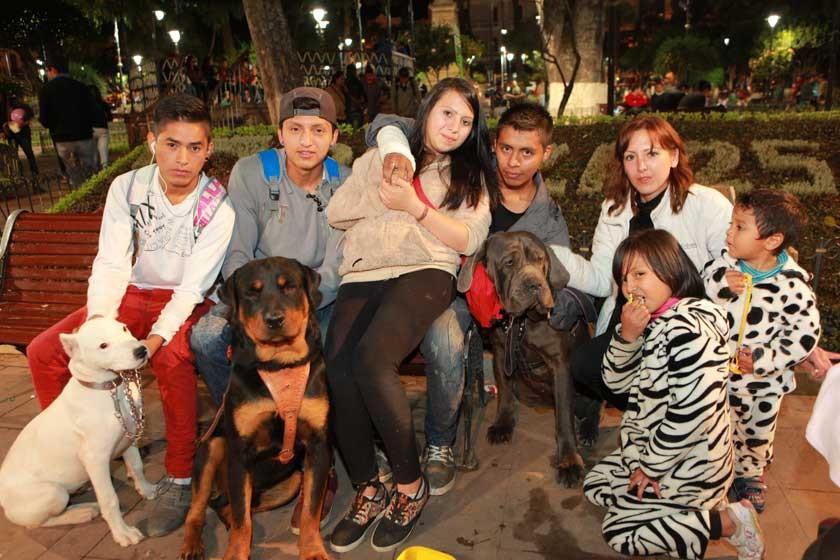 Familia Barrancos junto a sus queridas mascotas.