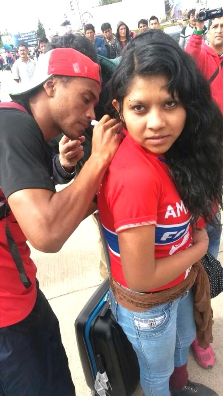 Ramiro Ballivián firma la camiseta de una hincha estudiantil. Foto: Gentileza