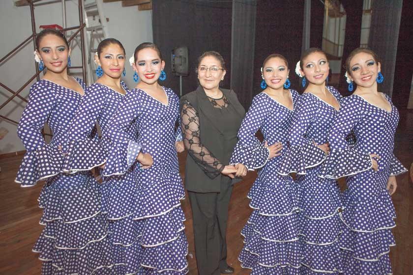 Marina Prudencio de Chávez. y el Elenco estable Escuela Danza Ballet Universitario.