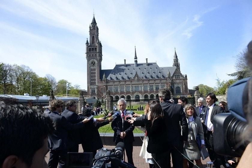 La delegación chilena cuando llegaba al tribunal de La Haya. Foto: ABI