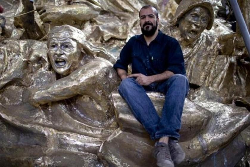 El escultor Andrés Zerneri junto a su obra de Juana Azurduy. Foto: La Nación