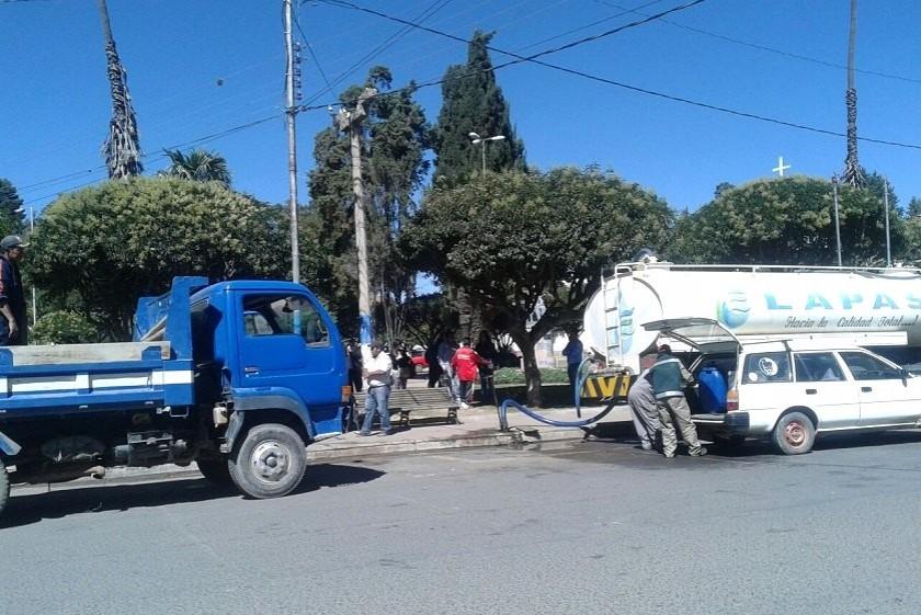La gente de las zonas altas llevan agua en contenedores. Foto: CORREO DEL SUR