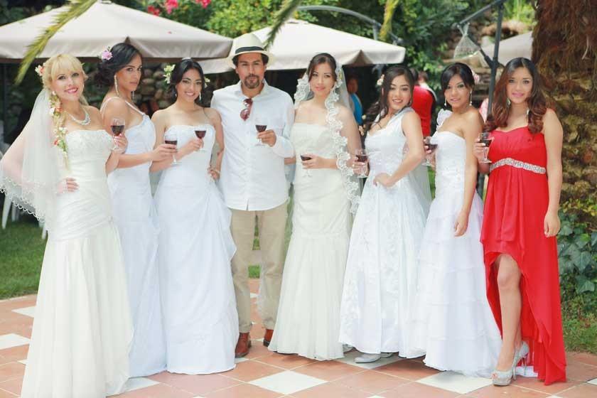 Alejandro Pereyra con las novias de la pasarela.