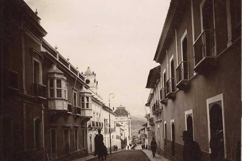Aún no habían llegado los autos a la ciudad. En la foto, de la calle Audiencia, un jinete sobre su caballo.