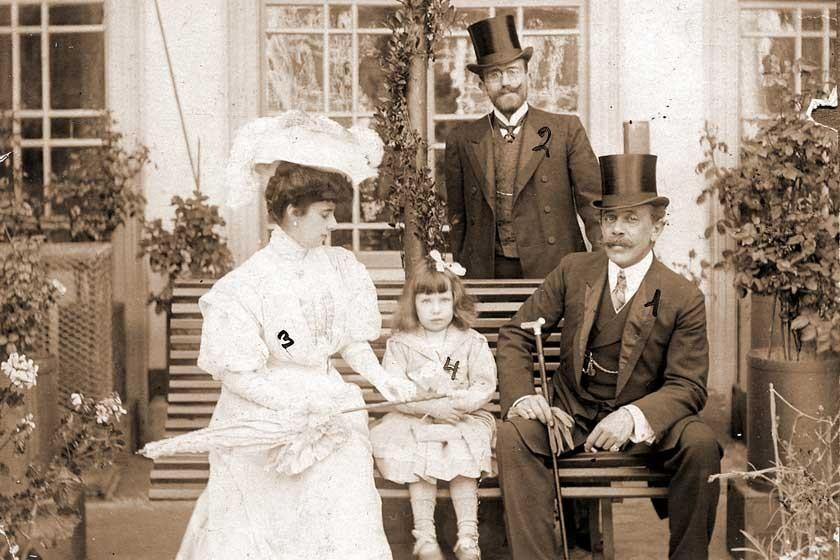 Una foto familiar en el patio de una casa solariega.