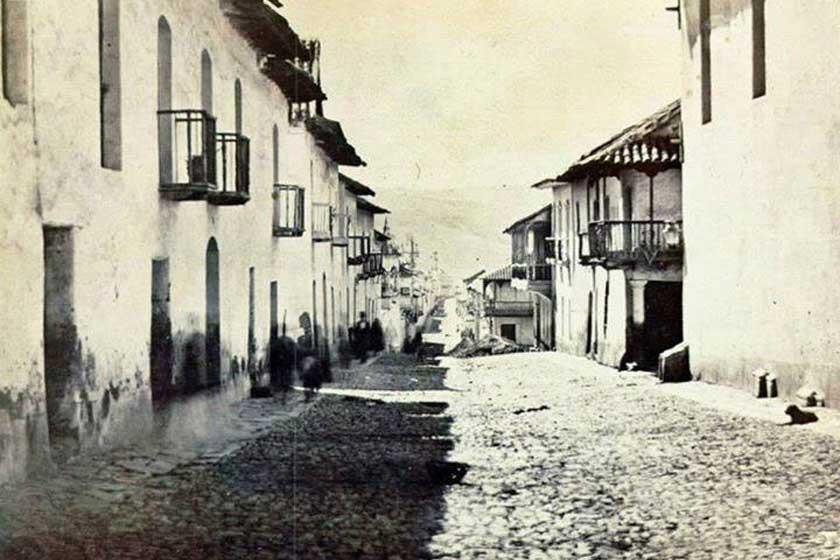 La calle Calvo esquina Avaroa, cuando las arterias de Sucre eran empedradas.
