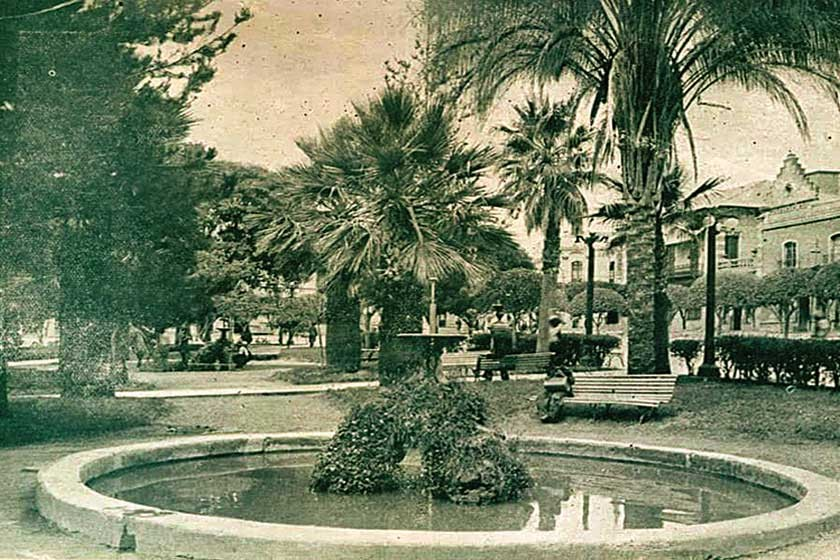 Así lucían originalmente las fuentes de la Plaza 25 de Mayo, de belleza sutil, integradas a su entorno.