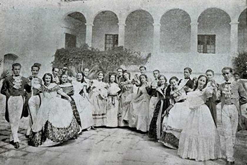 Grupo de personas con trajes de época en el patio de la casa de los Fernández de Córdova, hoy Museo Charcas.