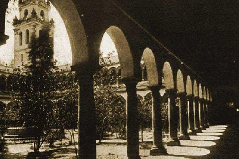 Foto del patio de la antigua Facultad de Derecho de la Universidad de San Francisco Xavier. Antes era un jardín.