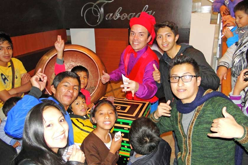 Los niños junto al mago Kalahuma Tutuka.