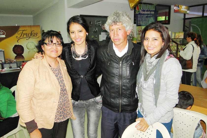 Ana María Ramallo junto a Nataly, Salomón y Andrea Enríquez.