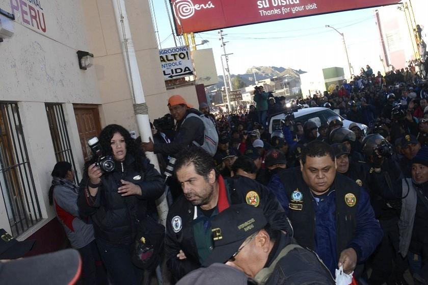 Belaunde (c) durante su entrega a las autoridades peruanas. Foto: ABI