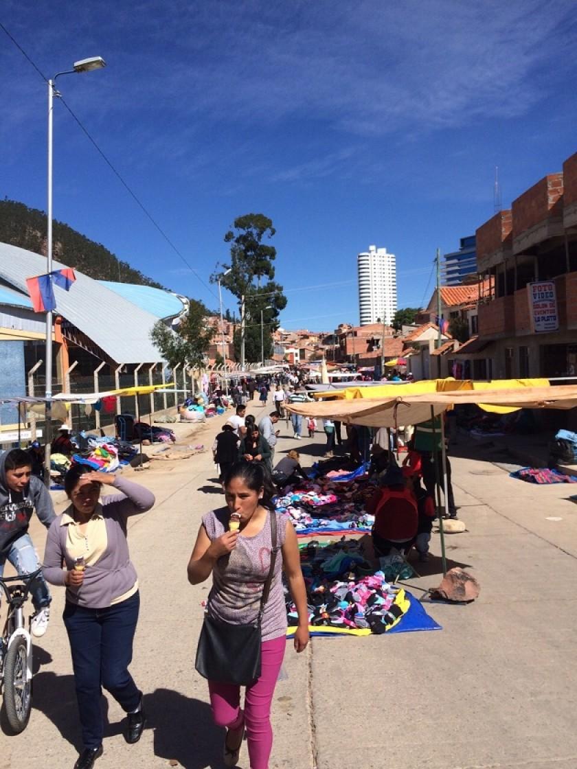 La feria de los comerciantes viajeros se reinstaló en la avenida Bogotá. Foto: CORREO DEL SUR