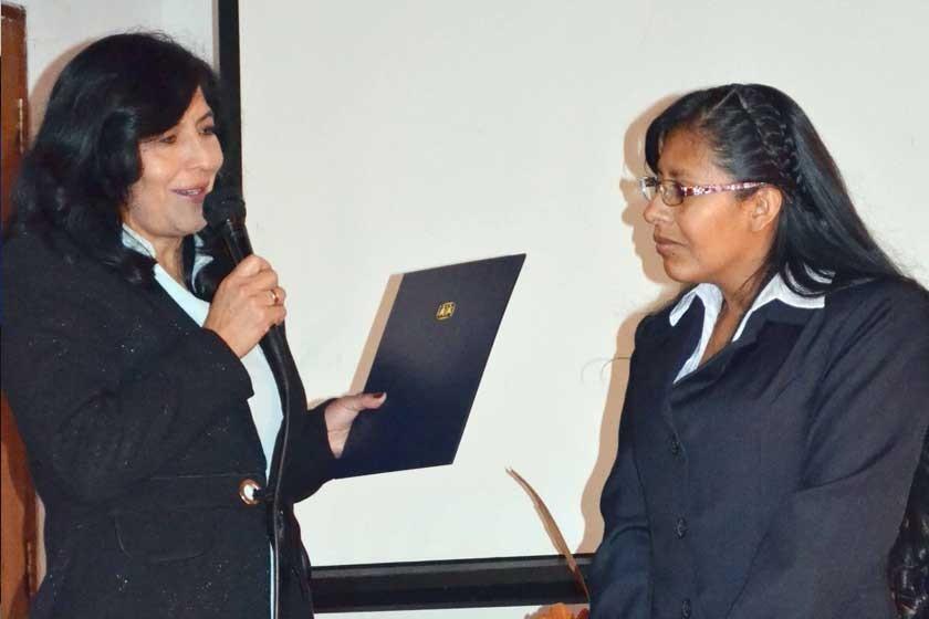 Norma Coronado (der.) recibiendo su nombramiento de mamá SOS por parte de la Coordinadora de Aldeas Infantiles SOS Sucre