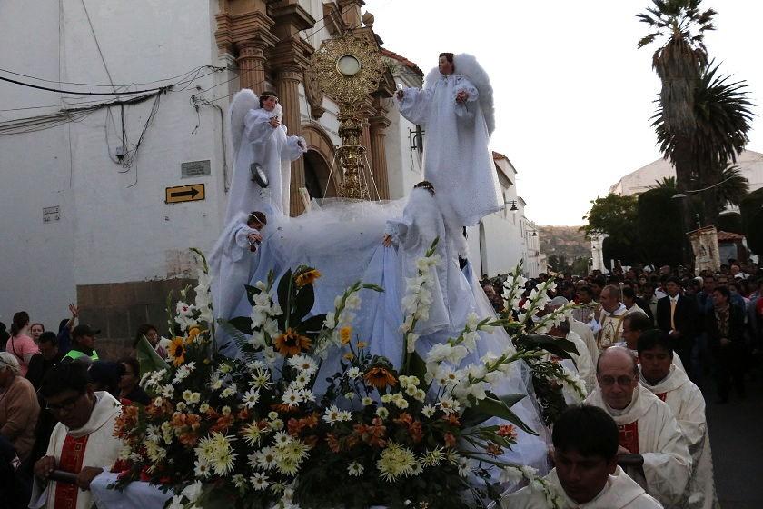 La procesión de Corpus Christi recorrió calles y avenidas de la Capital. Foto: CORREO DEL SUR