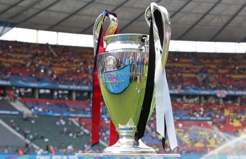 La copa que se llevará el campeón de la Champions. Foto: EFE