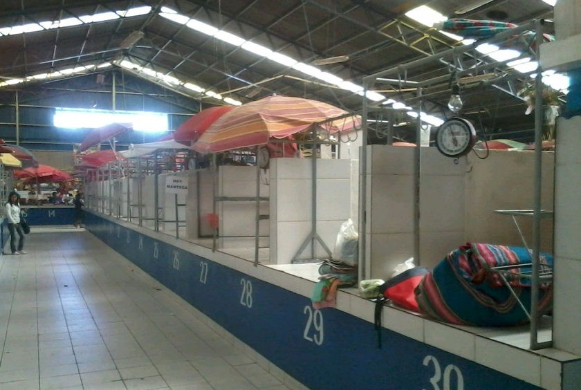 En el mercado campesino la mayoría de los puestos permancen cerrados. Foto: CORREO DEL SUR
