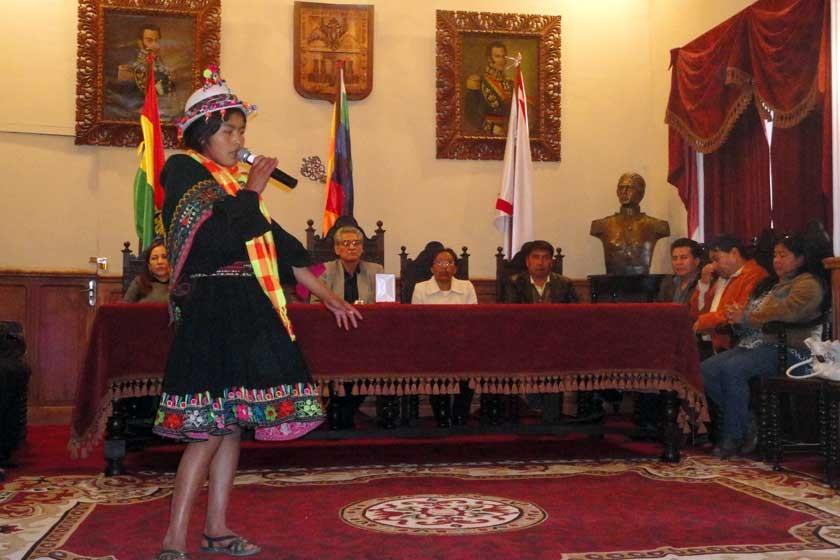 Poesía a cargo de una alumna en el Salón Rojo del Gobierno Autónomo Municipal.