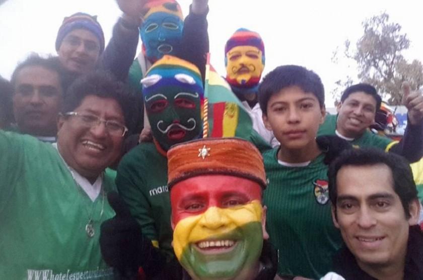 Hinchas bolivianos junto al Chasqui ya están en el estadio de Viña del Mar. Foto: Gentileza