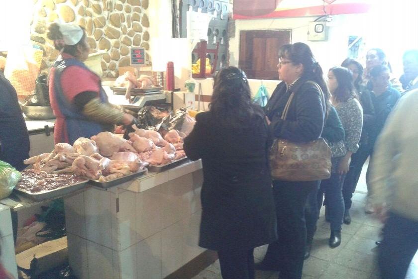 La venta de pollo es normal en el mercado Central. Foto: CORREO DEL SUR