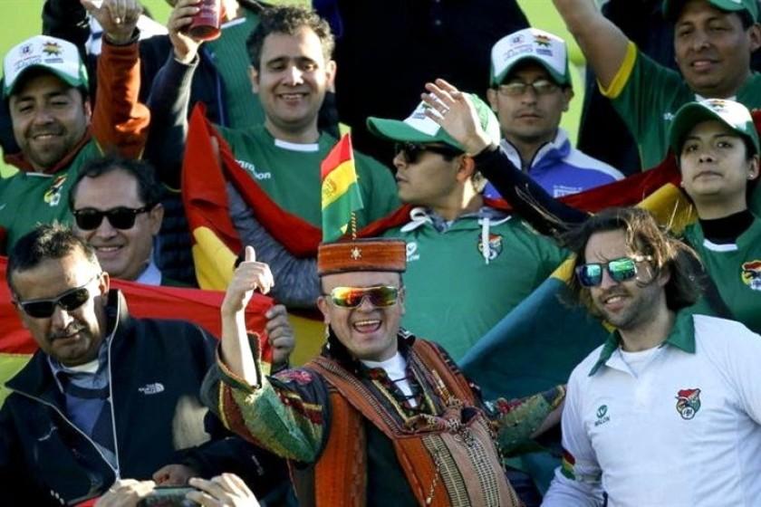Los hinchas bolivianos celebran en las gradas. Foto: EFE
