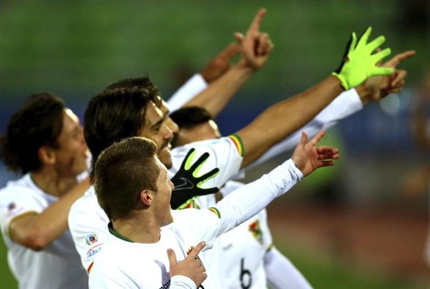 Los bolivianos celebran el gol de Marcelo Martins. Foto: EFE