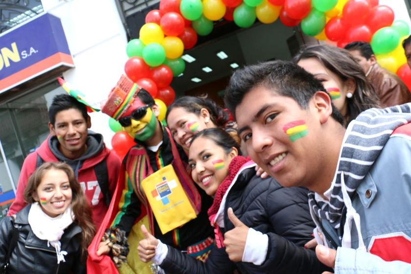 Los sucrenses ya palpitan el duelo entre bolivianos y chilenos. Foto: Enrique Quintanilla/CORREO DEL SUR