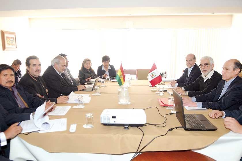ACUERDOS. La reunión preliminar entre autoridades bolivianas y peruanas desarrollada ayer