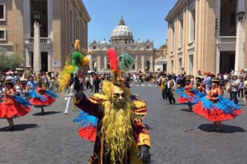EXPRESIÓN. Los residentes bolivianos en Italia demostraron varias danzas del país en la plaza de San Pedro del Vaticano.