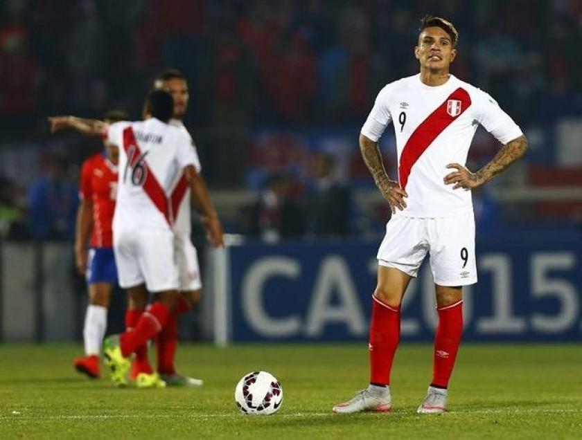 Paolo Guerrero se lamenta tras perder un balón y permitir el segundo para Chile. EFE