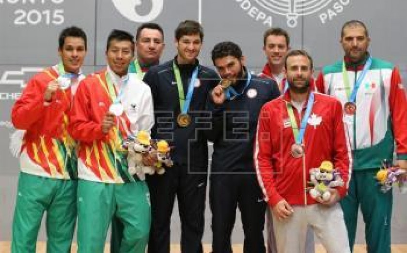 VENCEDORES. Los raquetbolistas bolivianos junto a sus pares de EE.UU., Canadá y México. FOTO: EFE