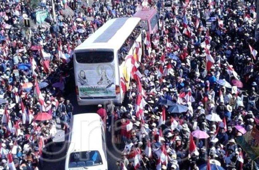 Multitudinario recimiento a los marchistas potosinos. Foto: Erbol