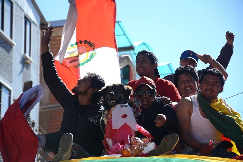 El perro Petardo también fue ovacionado a la llegada a Potosí. Foto: El Potosí