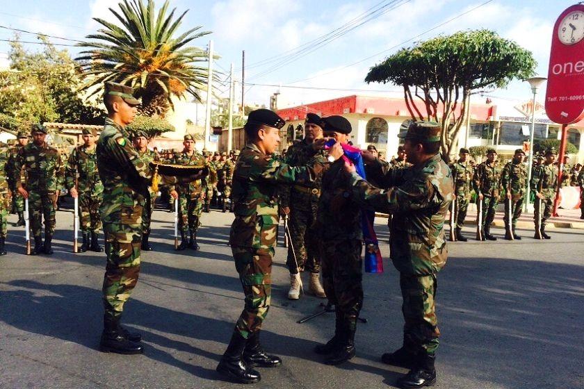 Ensayo de las distinciones que se realizarán en la parada militar del viernes. Foto: Henry Aira