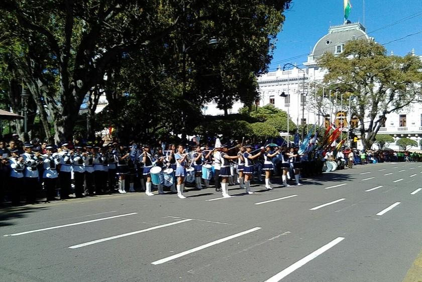 Varias escuelas y colegios rinden su homenaje a Bolivia en el frontis de la Casa de la Libertad. Foto: Richard Mamani