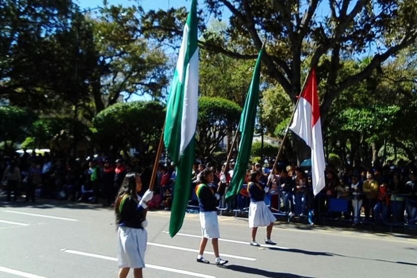 Varias escuelas y colegios rinden su homenaje a Bolivia en el frontis de la Casa de la Libertad. Foto: Luis Guevara