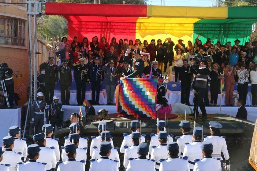 PARADA. El presidente Evo Morales pasó revista a los militares a quienes también tomó la jura a la bandera.