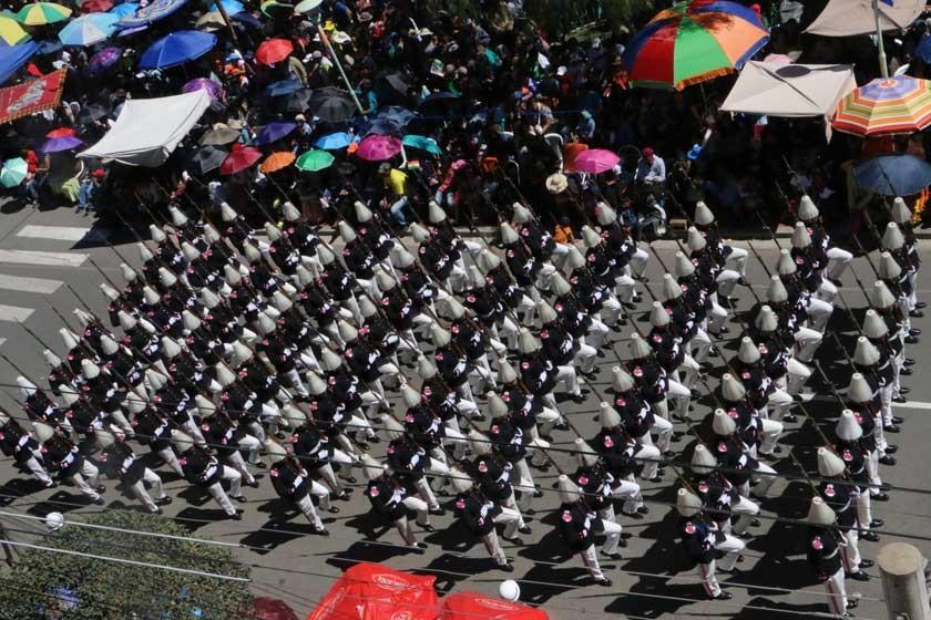 DESFILE. Los cadetes del Liceo Militar de Ejército rindieron su homenaje a las FFAA.