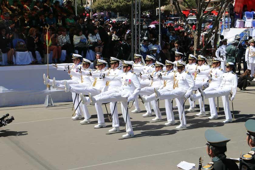 MILITARES. El Alto Mando Militar pasó por el altar patrio con paso de parada.