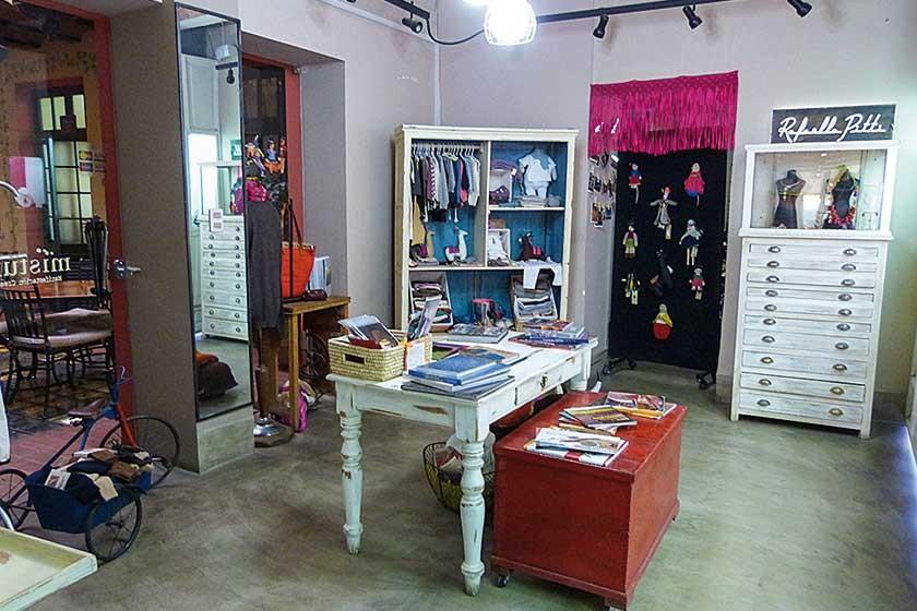 En el segundo ambiente hay libros, joyas y ropa para bebé.