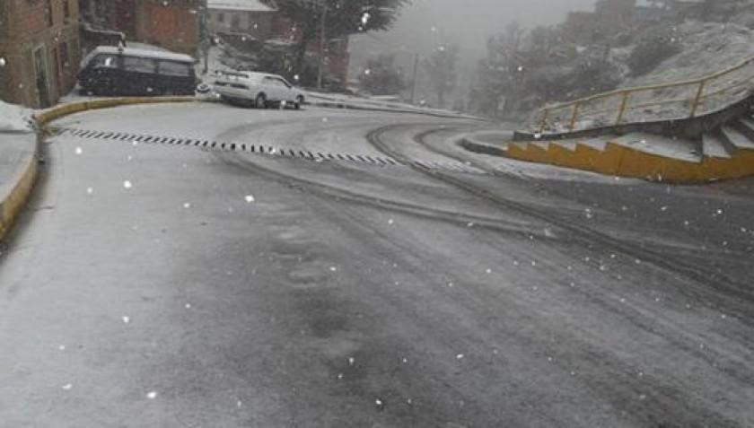 Las calles y avenidas de La Paz también están con nieve. Foto: El Deber