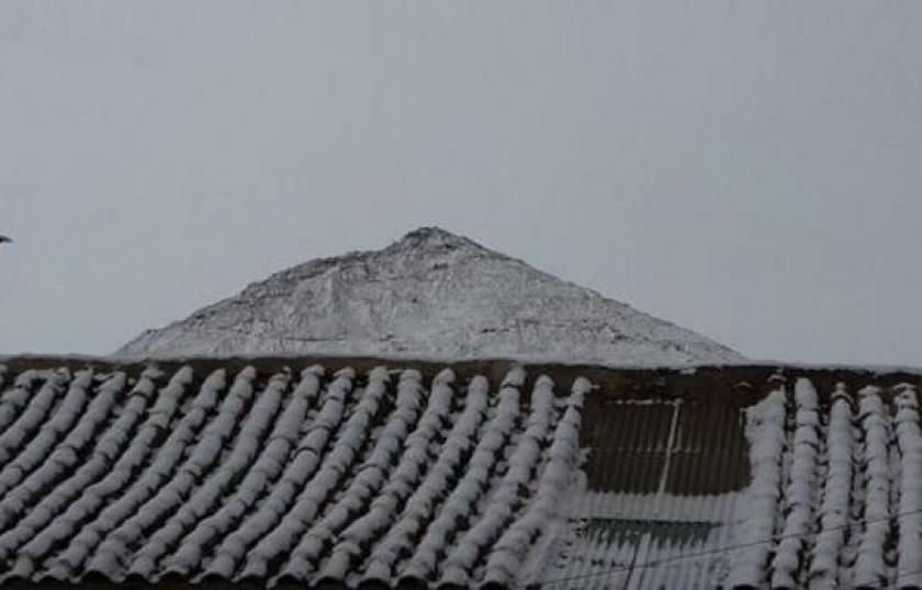 El Cerro Rico de Potosí está cubierto con un manto blanco. Foto: El Deber
