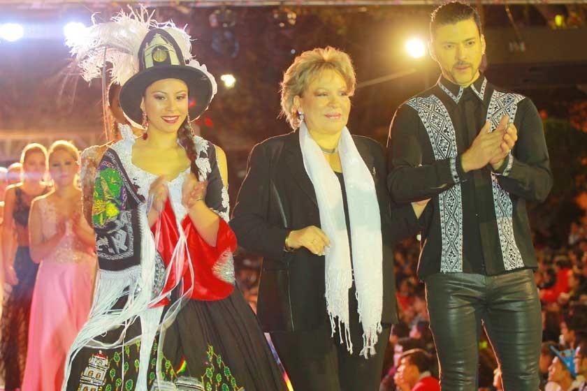 Sonia Avilés acompañada de sus modelos.