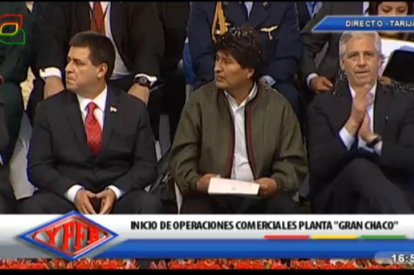 Cartes (i) y Morales durante el acto que se desarrolla en Yacuiba. Gentileza BTV