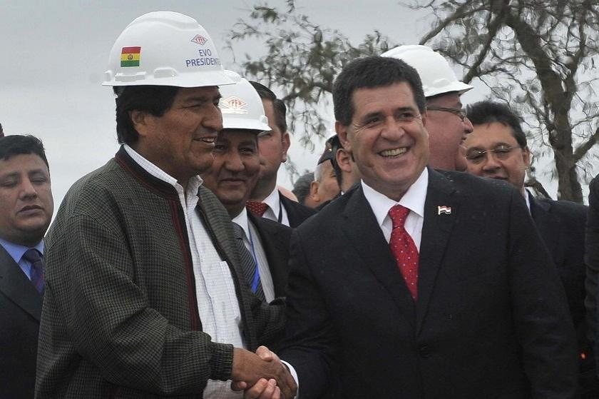 Morales y Cartes se saludan previo al acto que se desarrolla en Yacuiba. Foto: APG