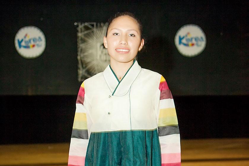 Fernanda Victoria vistiendo un traje tradicional.